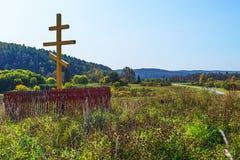 Adore la cruz ortodoxa en la entrada al siberiano antiguo v Imágenes de archivo libres de regalías