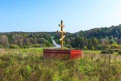 Adore la cruz ortodoxa en la entrada al siberiano antiguo v Foto de archivo libre de regalías