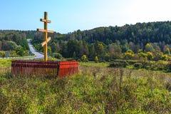 Adore la cruz ortodoxa en la entrada al siberiano antiguo v Fotografía de archivo libre de regalías