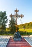 Adore la cruz ortodoxa en la entrada a Cherepanovo Novosibir Foto de archivo libre de regalías