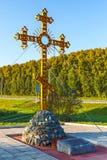 Adore la cruz ortodoxa en la entrada a Cherepanovo Novosibir Imágenes de archivo libres de regalías