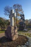 Adore la cruz y el monumento al príncipe santo Dimitry Donskoy M fotos de archivo libres de regalías