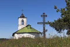 Adore la iglesia cercana cruzada de la introducción de Virgen María Blessed al templo en el pueblo de la región de Goritsy Vologd Fotografía de archivo libre de regalías