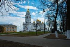 Adore a los feligreses de la religión de la iglesia de dios de la iglesia ortodoxa del lugar Foto de archivo