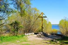 Adorez la croix près de la rivière de Volkhov dans la chapelle de Peryn dans Veliky Novgorod, Russie photo libre de droits