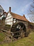Adorf,德国- 2018年3月31日, -有水车的历史木构架的旅馆 免版税库存图片