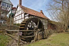 Adorf, Duitsland - Maart eenendertigste, 2018 - Historische hout-ontworpen herberg met watermolen Royalty-vrije Stock Foto's