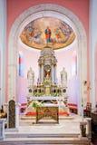 Adornó maravillosamente el altar principal de la pequeña iglesia Fotos de archivo