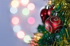 Adorna la Navidad con las bolas Imagen de archivo libre de regalías