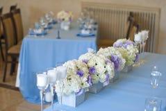 Adornado agradable casandose la tabla con las flores Fotos de archivo