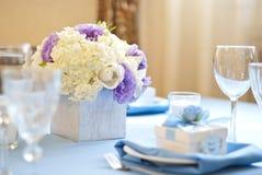 Adornado agradable casandose la tabla con las flores Foto de archivo