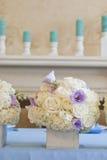 Adornado agradable casandose la tabla con las flores Imagenes de archivo