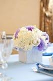 Adornado agradable casandose la tabla con las flores Imagen de archivo