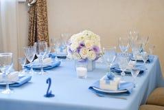 Adornado agradable casandose la tabla con las flores Imágenes de archivo libres de regalías
