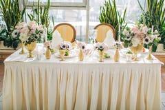 Adornado casandose el ajuste de la tabla con las flores coloridas en estilo clásico Imagenes de archivo