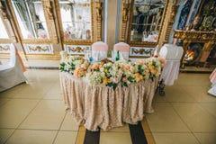Adornado casandose el ajuste de la tabla con las flores coloridas en estilo clásico Fotos de archivo libres de regalías