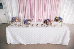 Adornado casandose el ajuste de la tabla con las velas Imagen de archivo
