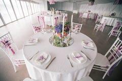 Adornado casandose el ajuste de la tabla con las velas Imagenes de archivo