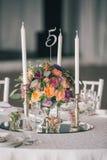 Adornado casandose el ajuste de la tabla con las velas y las flores Imagen de archivo