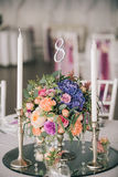 Adornado casandose el ajuste de la tabla con las velas y las flores Fotografía de archivo libre de regalías