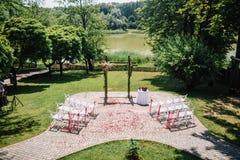 Adornado casandose el arco en el jardín Imagen de archivo