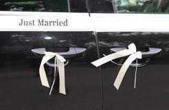 Adornado casandose el coche con la muestra Fotos de archivo libres de regalías