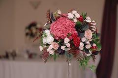 Adornado casandose el ramo de rosas, primer Imagen de archivo