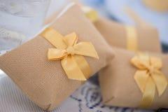 Adornado casandose el regalo de los favores Imagen de archivo libre de regalías