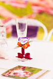 Adornado casandose el vidrio con un arco rojo de la cinta Fotografía de archivo