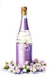 Adornado casandose la botella de champán con las rosas, aislada Fotografía de archivo