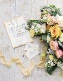 Adornado casandose la composición en la tabla con las flores hermosas y palabras novia y novio, al aire libre, bella arte Imagen de archivo libre de regalías
