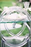 Adornado casandose la tabla con la composición hermosa de la flor, el vidrio para el vino y la placa, al aire libre, bella arte Imágenes de archivo libres de regalías