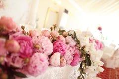 Adornado casandose la tabla con las flores Fotografía de archivo libre de regalías