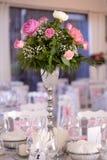 Adornado casandose la tabla con las flores Fotografía de archivo
