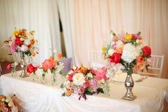 Adornado casandose la tabla con las flores Imágenes de archivo libres de regalías