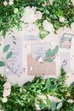 Adornado casandose la tabla con las flores, al aire libre, bella arte Foto de archivo