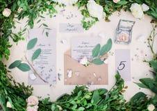 Adornado casandose la tabla con las flores, al aire libre, bella arte Fotos de archivo