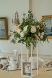 Adornado casandose la tabla con las flores, cenando el sistema y una vela Fotos de archivo libres de regalías