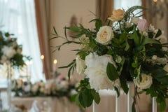 Adornado casandose la tabla con las flores, las velas y las palmatorias Imagen de archivo libre de regalías
