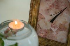 Adornado casandose la tabla con las flores y la vela Imagen de archivo libre de regalías