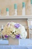 Adornado casandose la tabla con las flores y las velas Fotografía de archivo
