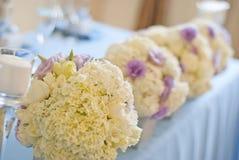 Adornado casandose la tabla con las flores y las velas Fotos de archivo libres de regalías