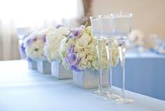 Adornado casandose la tabla con las flores y las velas Foto de archivo libre de regalías