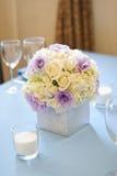 Adornado casandose la tabla con las flores y las velas Imágenes de archivo libres de regalías