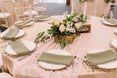 Adornado casandose la tabla con las servilletas y las flores, rústicas Fotos de archivo libres de regalías