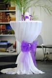 Adornado casandose la tabla con las velas, encendiendo las velas para la tradición Imágenes de archivo libres de regalías