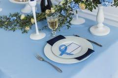 Adornado casandose la tabla de banquete con la tarjeta de presentación Foto de archivo libre de regalías