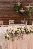 Adornado casandose la tabla en foco en fondo de madera Foto de archivo