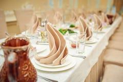 Adornado casandose la tabla en un restaurante Foto de archivo