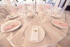 Adornado casandose la tabla en un restaurante Fotos de archivo